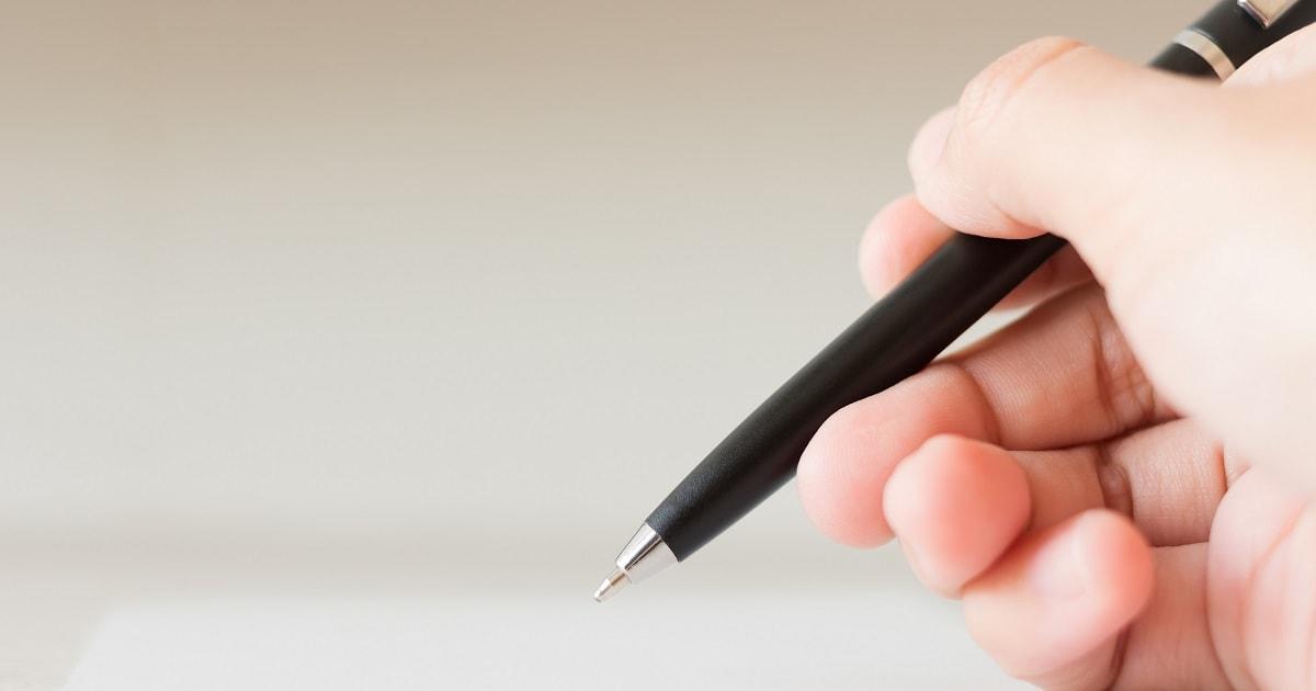気づきや問題解決策、アイデアをノートに記録するビジネスパーソン