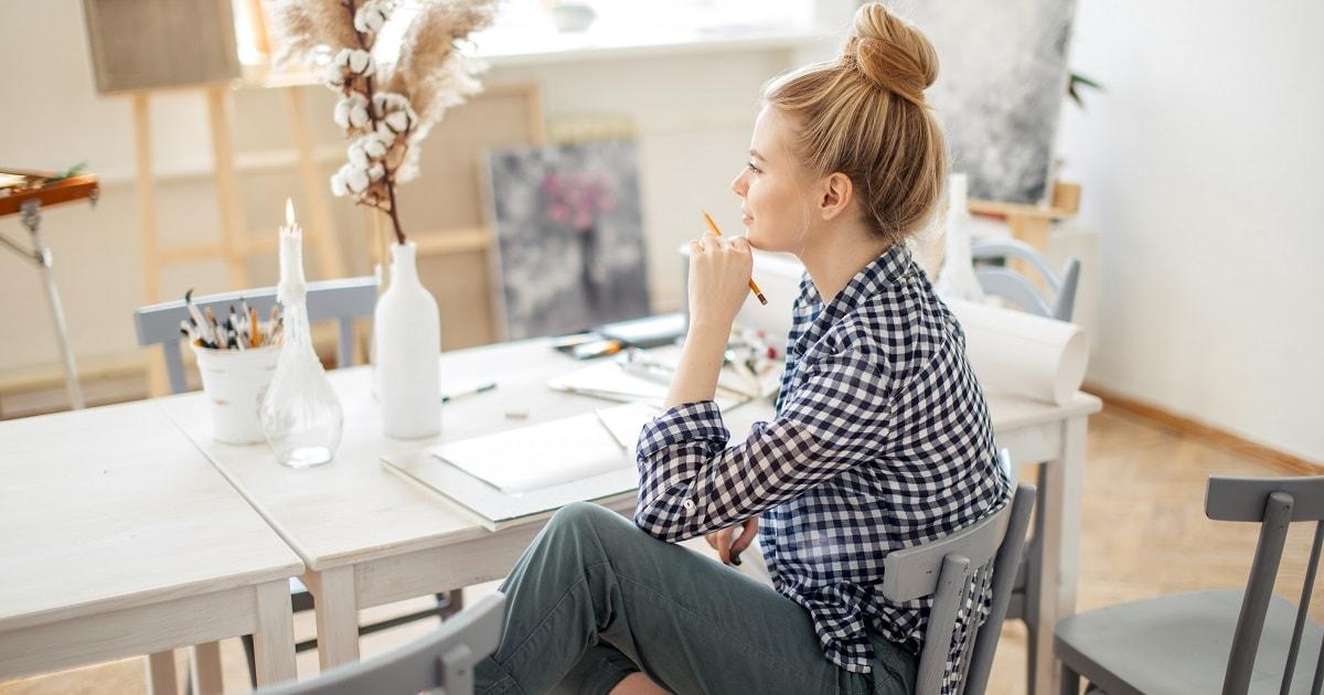 自宅でリラックスしながら自分ノートを書く女性