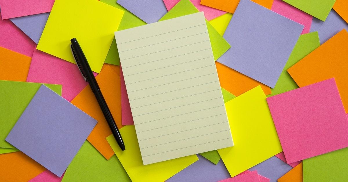カラフルな付箋(ふせん)とノート