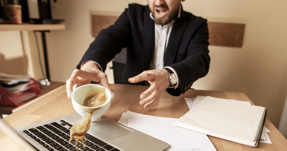 コーヒーをこぼした強烈な体験のせいで、ささいな出来事がタグづけされた男性