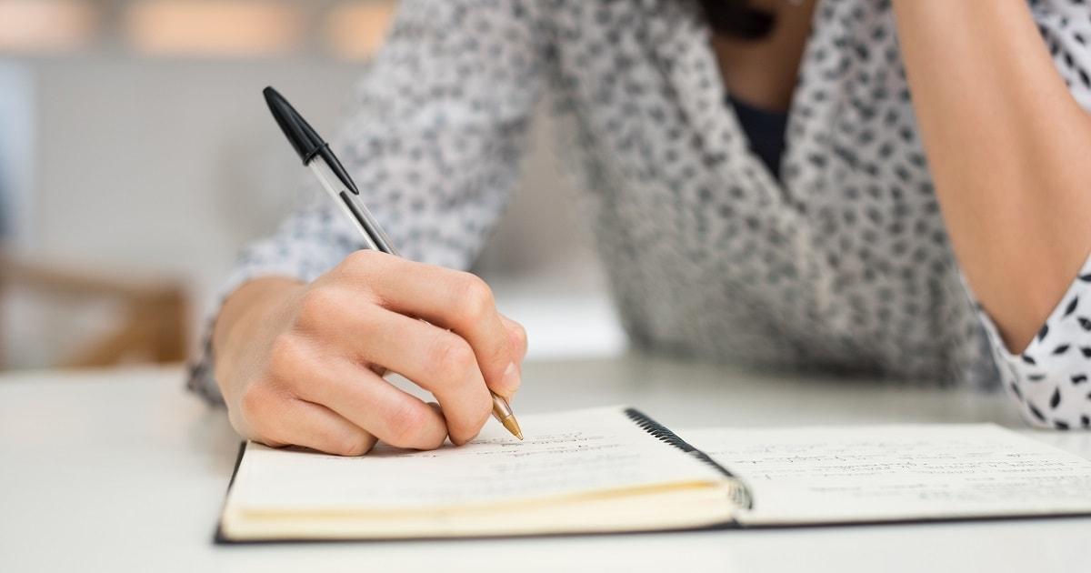 じっくりと「嫌なことノート」を書くビジネスパーソン