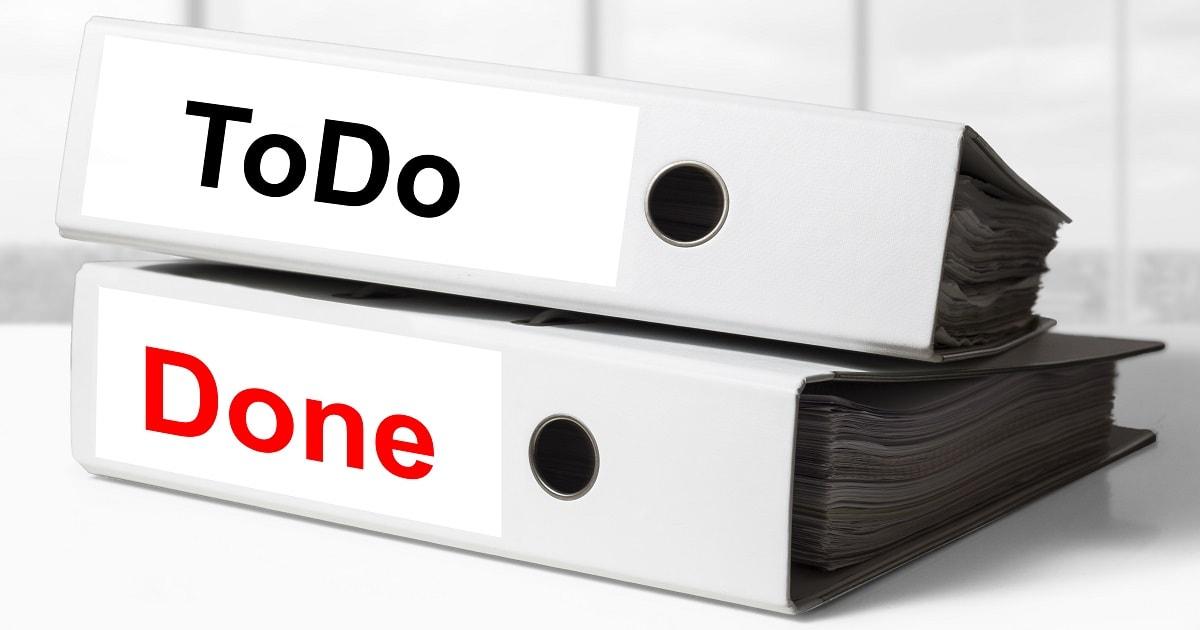 ToDoファイルとDoneファイルが重ねて置かれているデスク