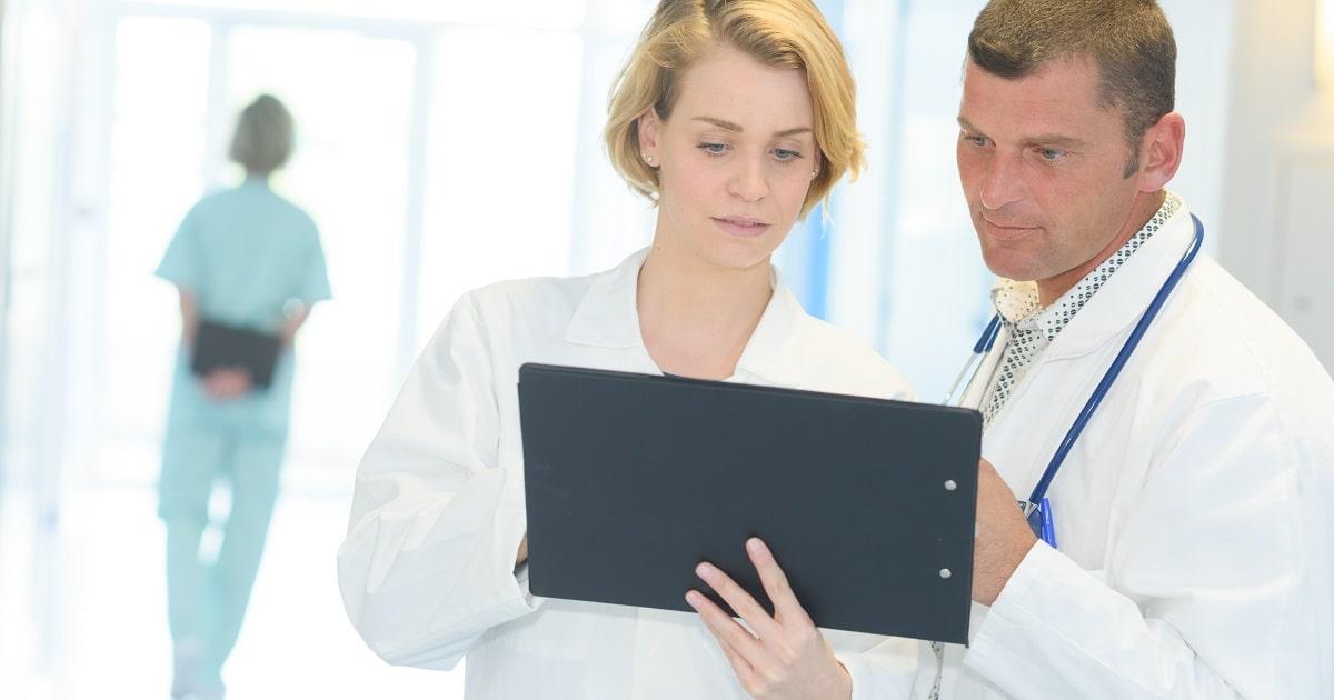 再発防止のためにミスを記録する医療従事者