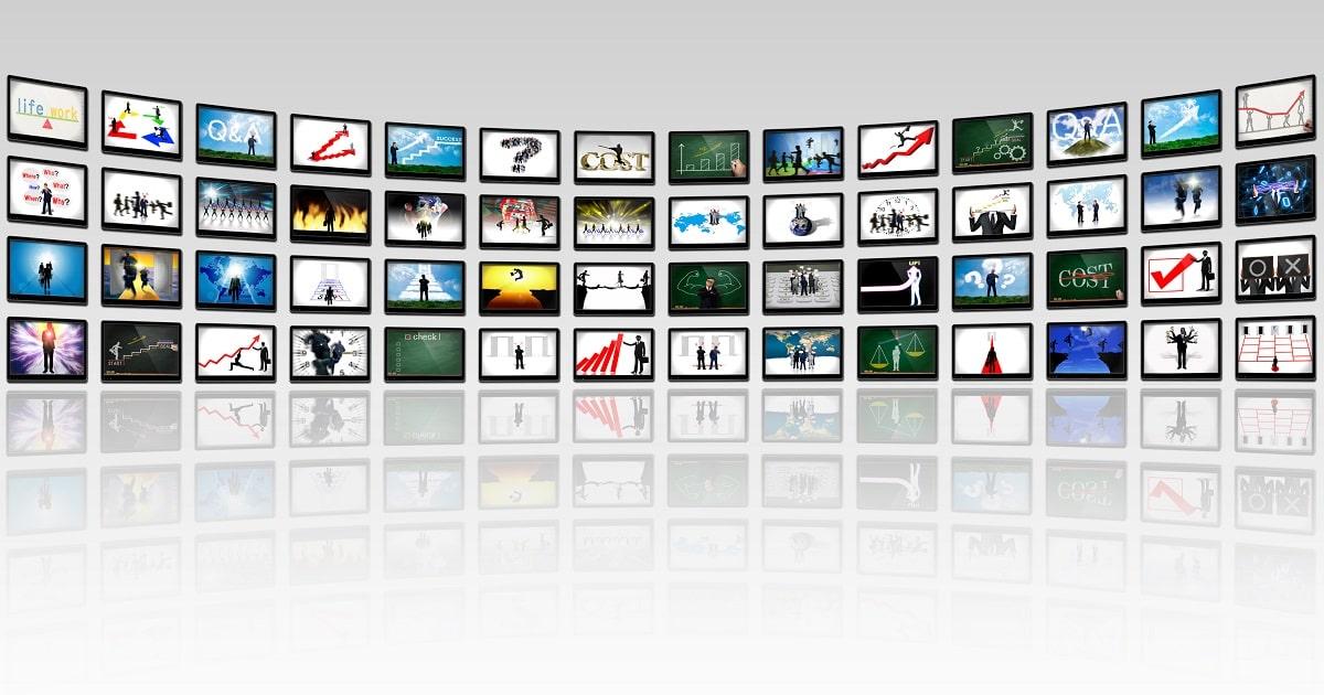 モニターがたくさん並んだ画像、自己モニタリングのイメージ