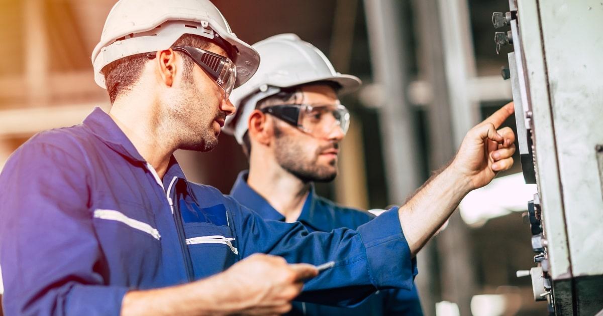 ポカヨケ対策を実施する製造工場で働くビジネスパーソン