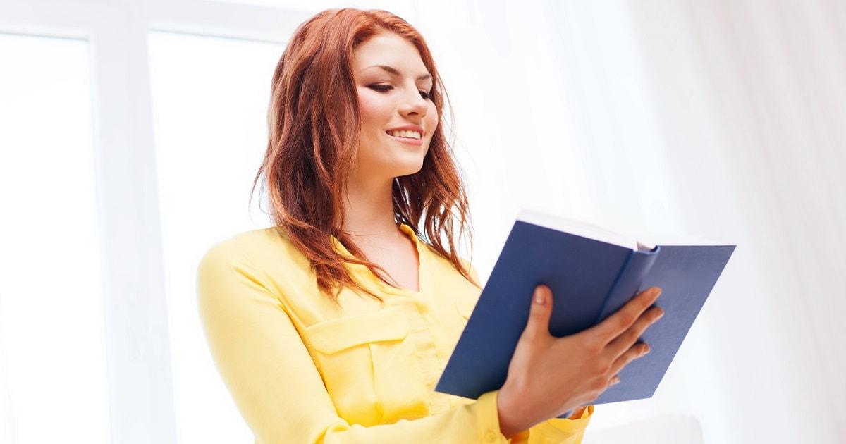 音読の脳ウォーミングをする女性