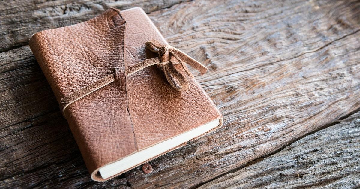 革のカバーがかかったノート