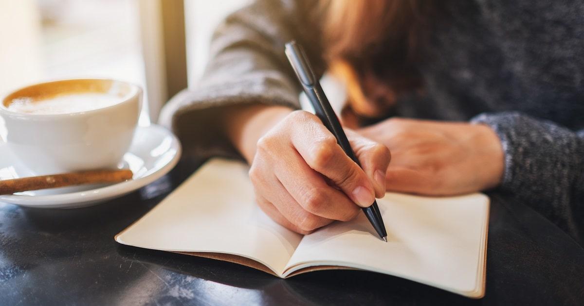 「ミーニング・ノート」を書く女性