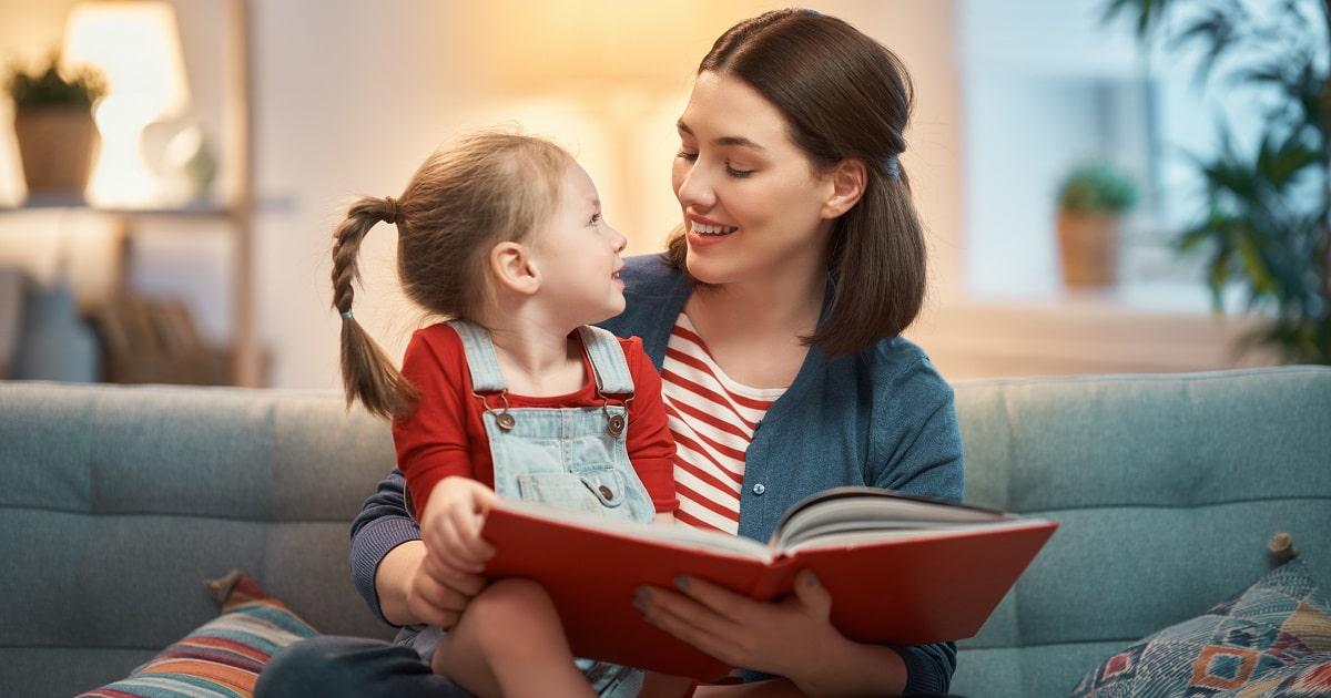 小さな子どもに読み聞かせしているお母さん