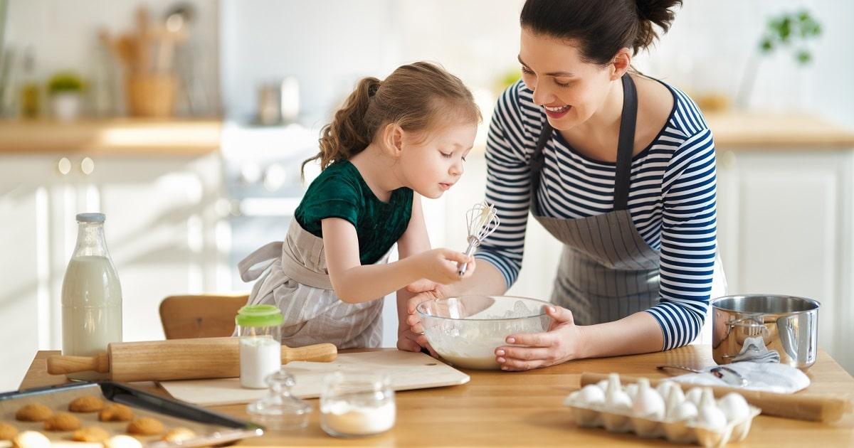 料理するお母さんと子供