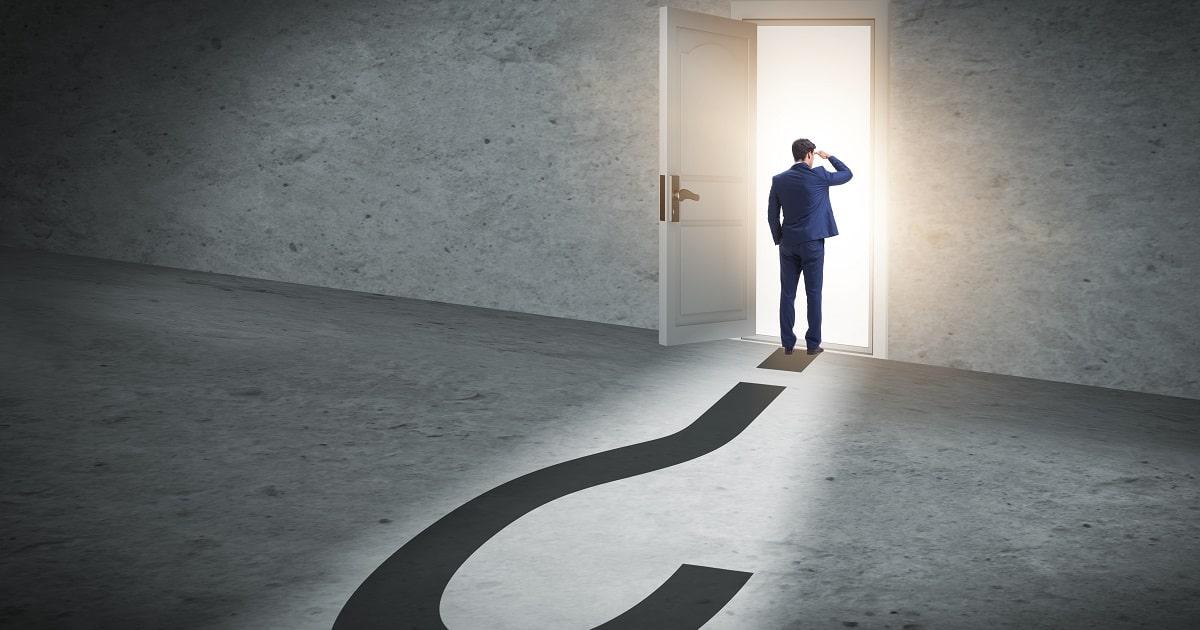 不確実性と質問の概念のビジネスマン