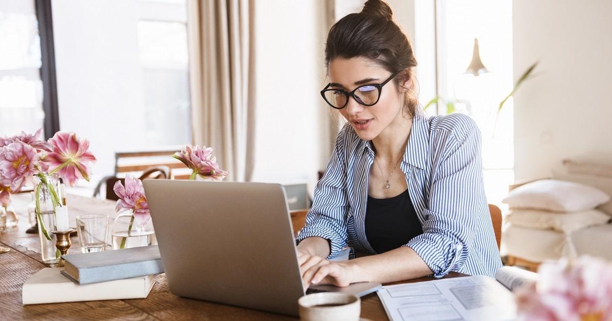 前向きに、自宅でクリエイティブな仕事をする女性