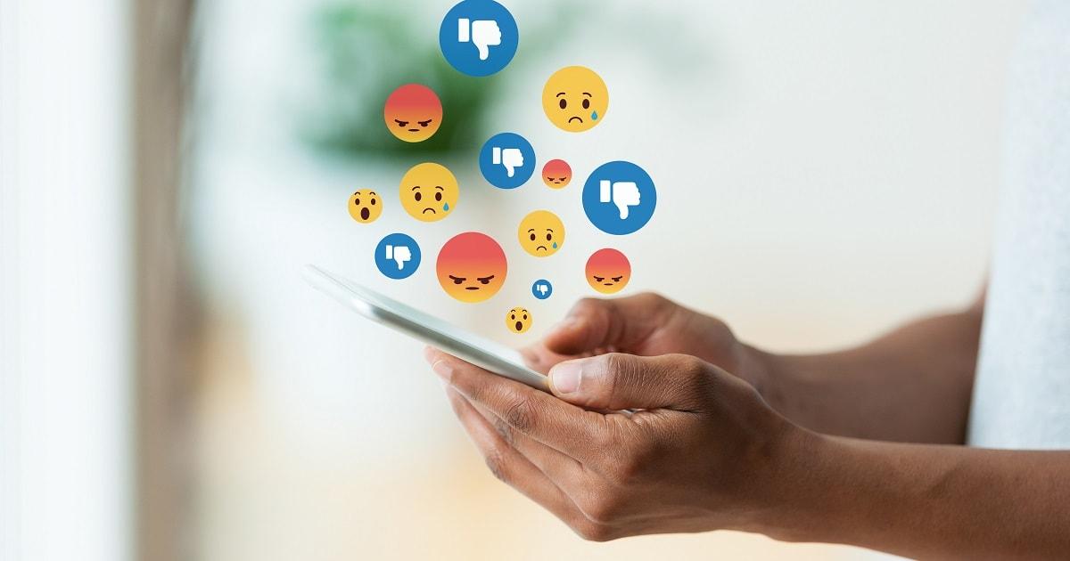 ソーシャルメディアでネガティブな感情が生まれ始めている様子