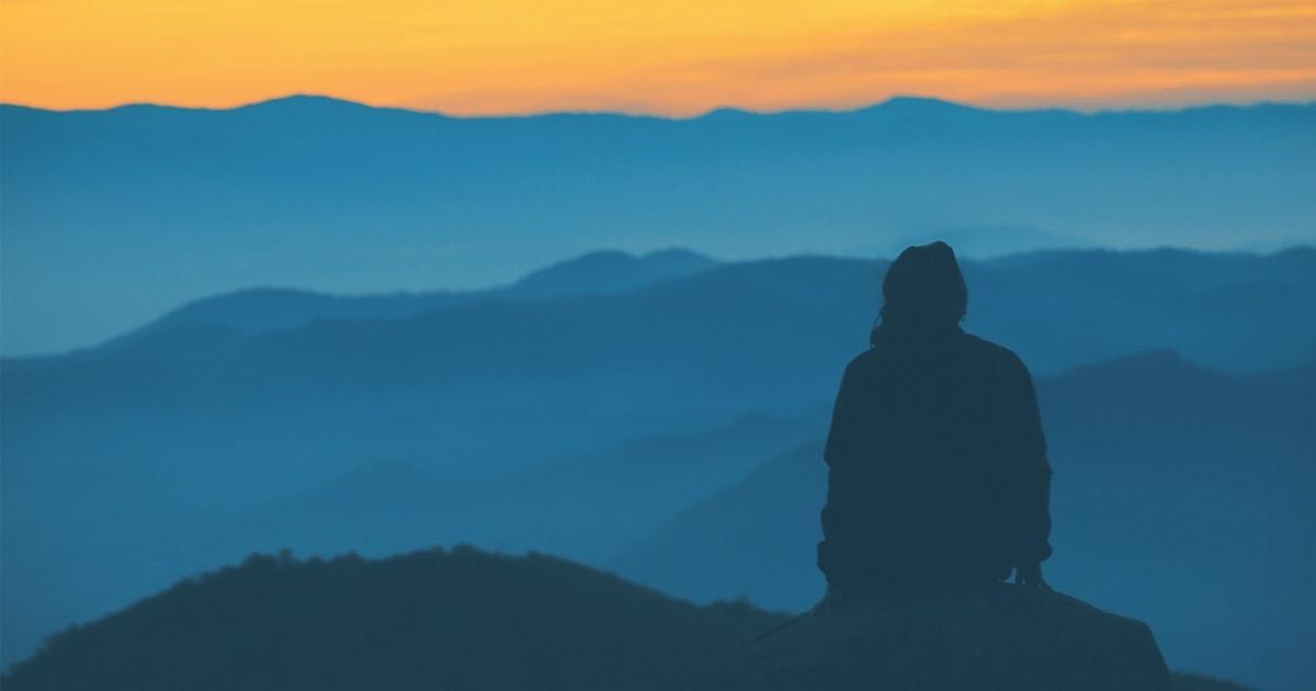 静かに山並みを眺めるHSP