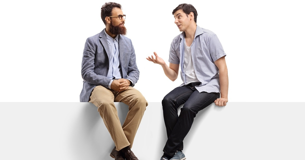 座って深い話をする男性2人