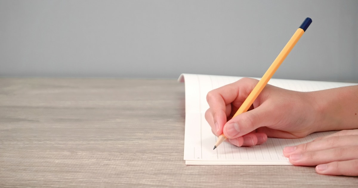 「感情の言葉」と「思考の言葉」をノートに書いているイメージ