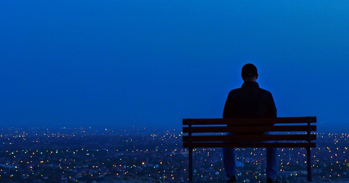 夜景をひとりで眺める非常に敏感な人