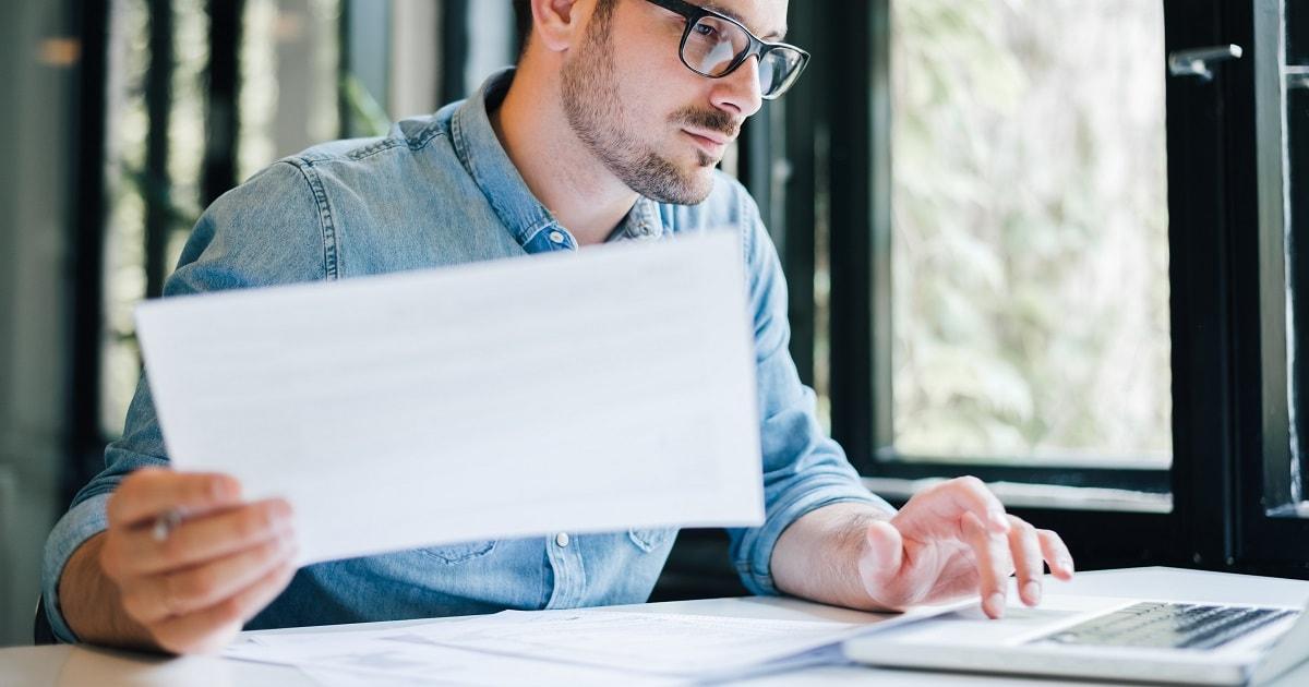 繊細な雰囲気の男性がパソコンで仕事をしている様子