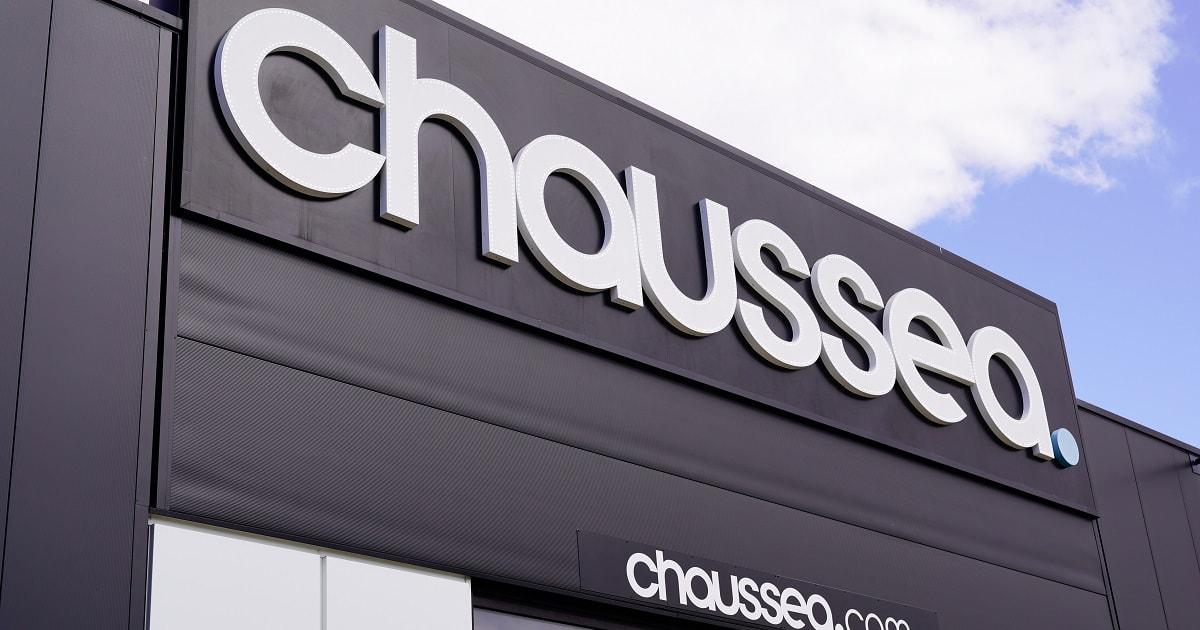 フランスのお店の、黒字に白文字のロゴ