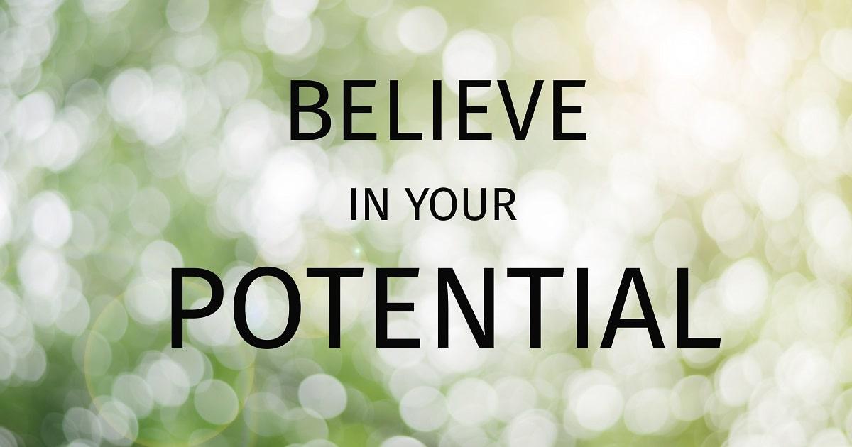 キラキラと光る緑のなかに「Believe in your potential」の文字