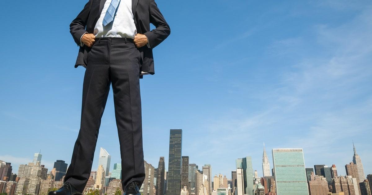 自信満々で、威張っているようにも見えるビジネスパーソン