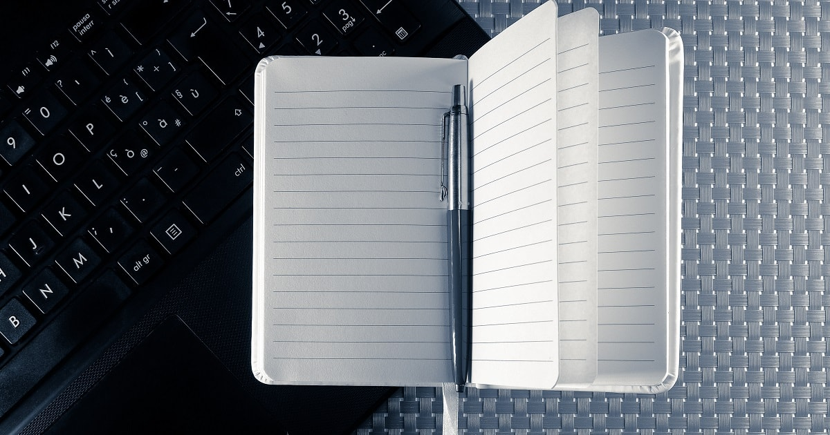 ノートブックとメモ帳、モノトーンの知的なビジネス系のイメージ