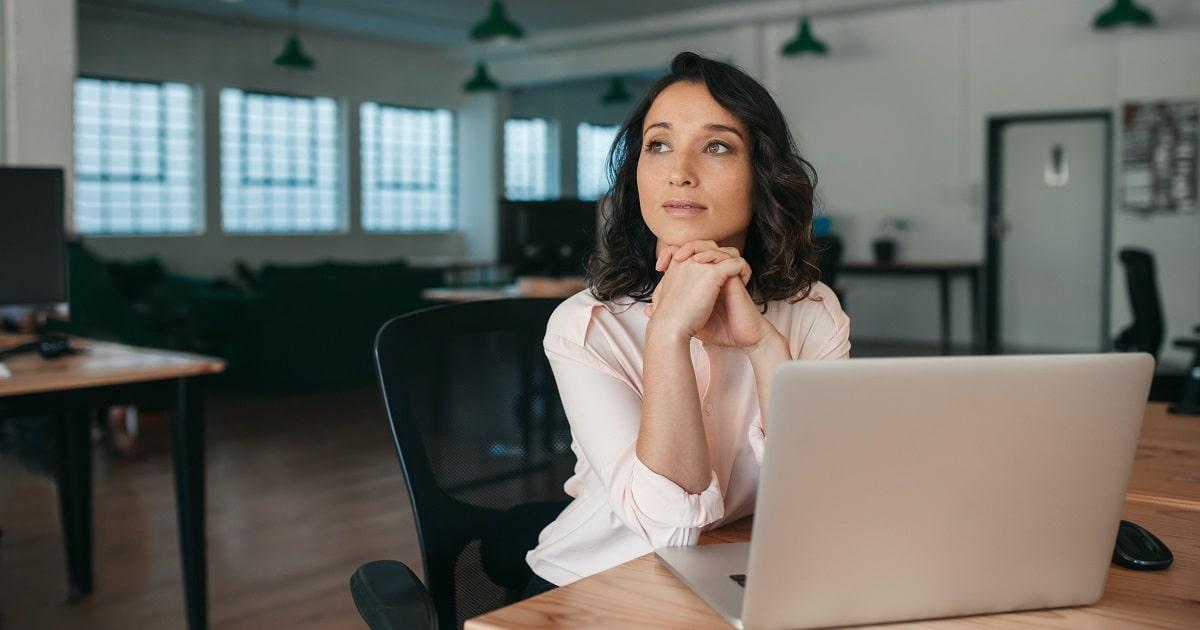 思考を繰り返すビジネスパーソン・女性