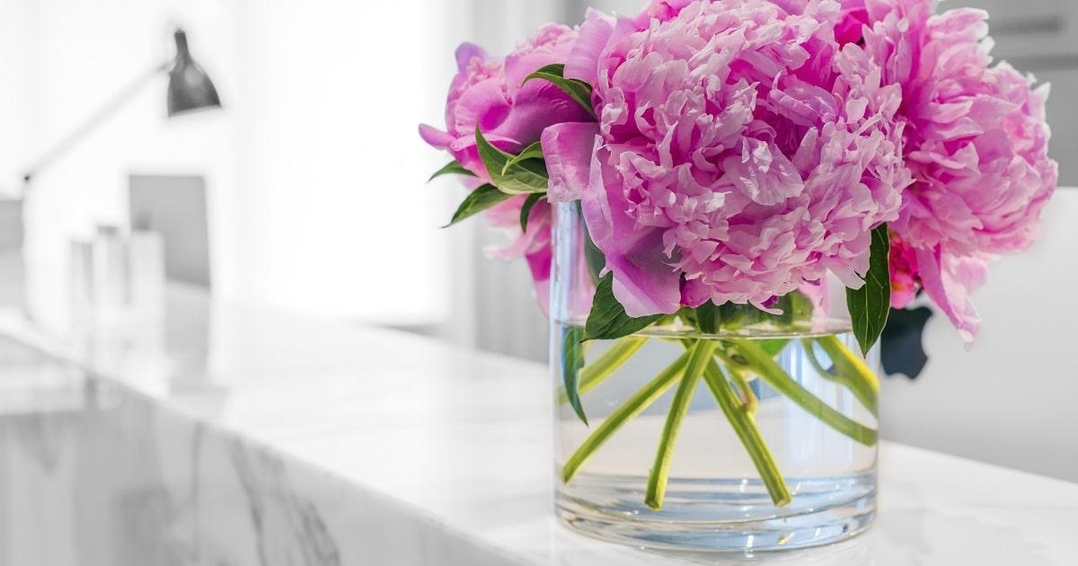 オフィスに置かれたピンク色の花