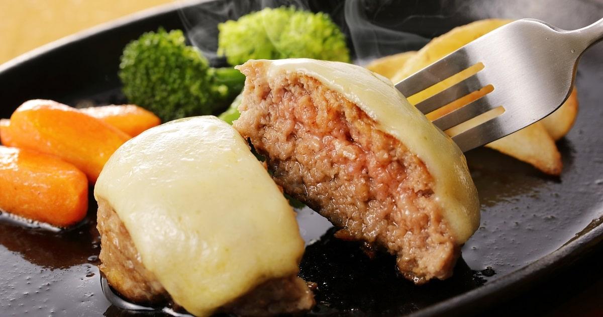 チーズがのったハンバーグステーキ