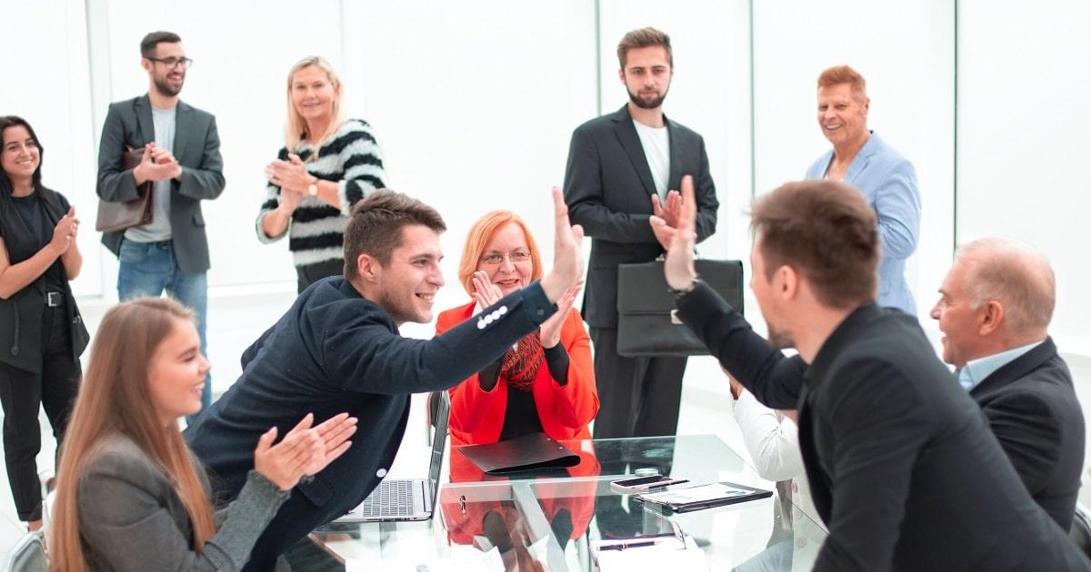 オフィスでミーティングをしているビジネスパーソンのなかに人気者