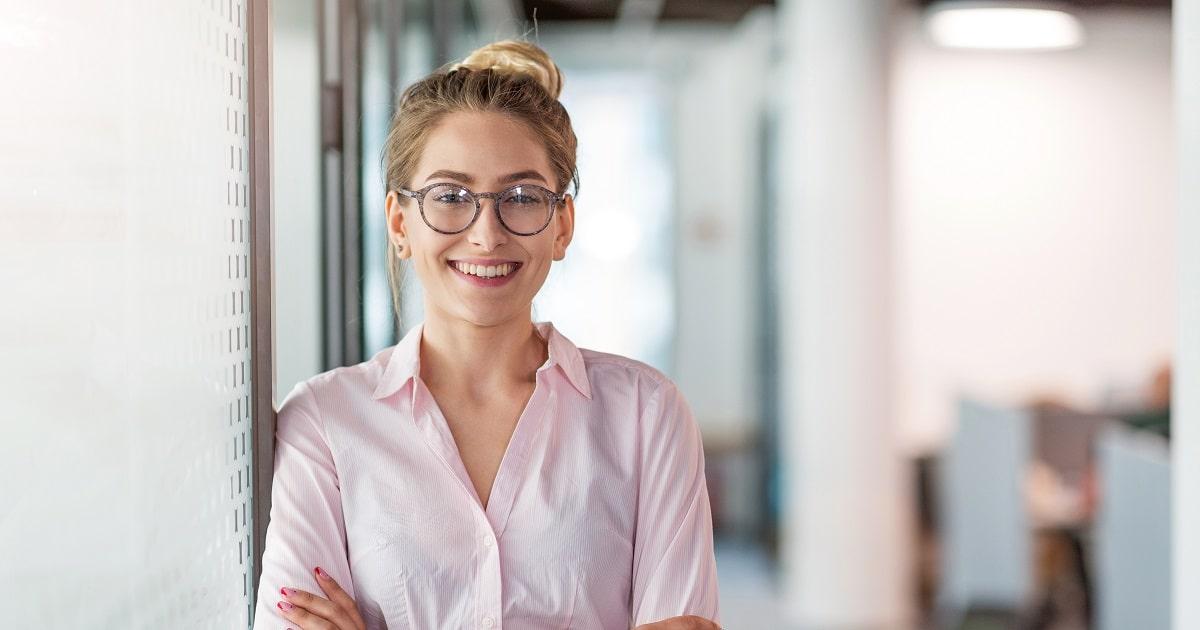 オフィスで満面の笑みを見せる、笑顔が魅力的な女性