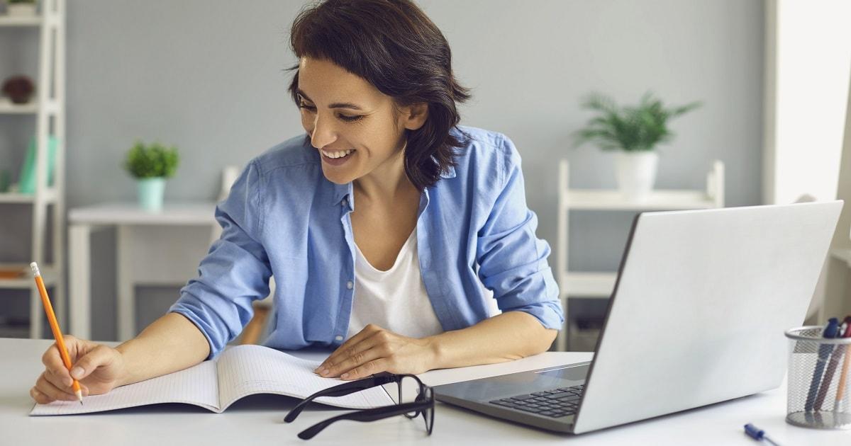 生き生きとDoing & Done リストをチェックする女性