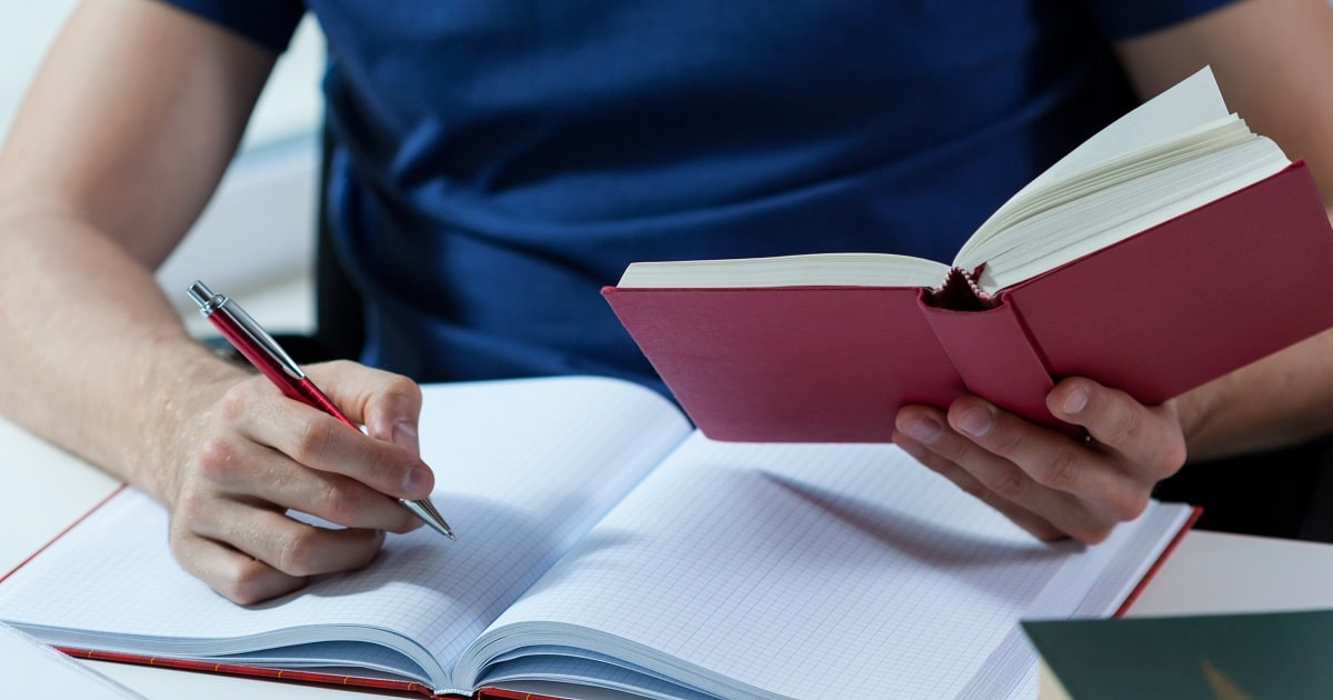 書写を行う学生