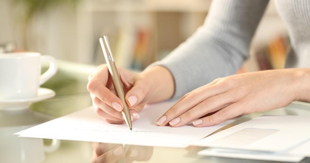 短い文を毎日同じ時間に書き写している女性の様子