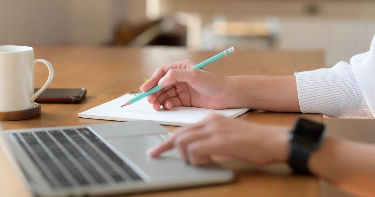 ラップトップPCで勉強する女性