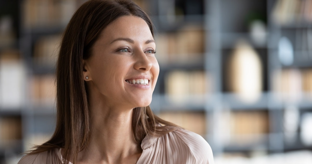 清々しく微笑む美しい女性