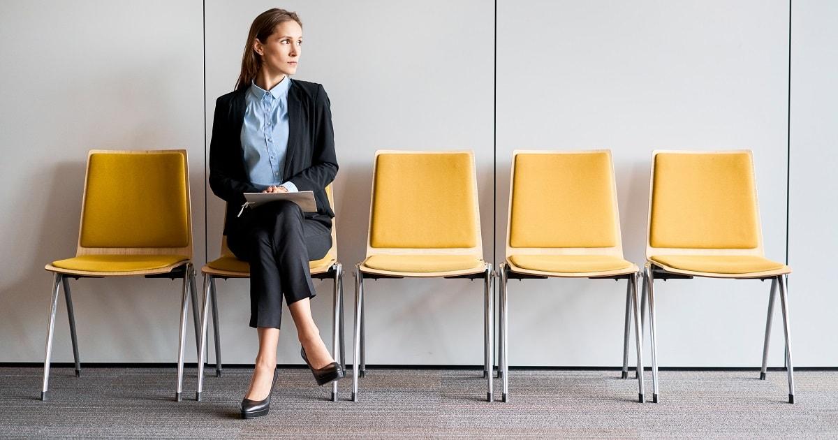 会話に入ろうとしない若い女性、ビジネスパーソン