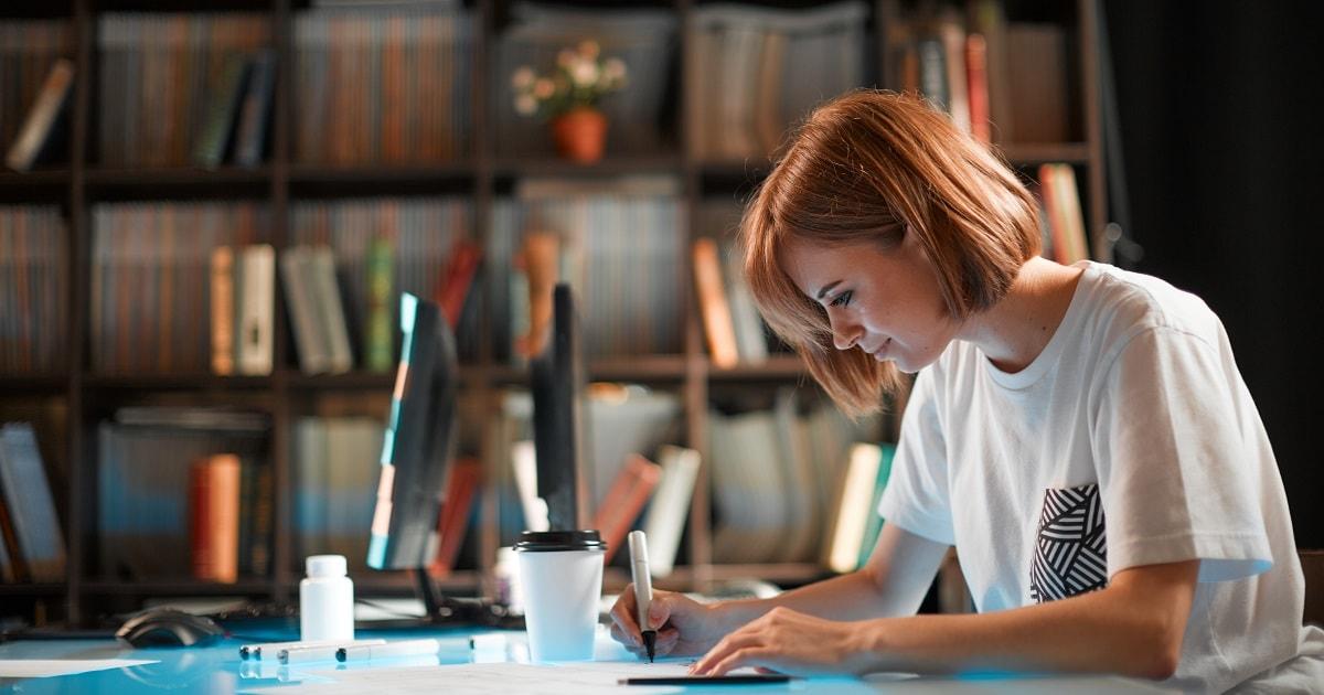 若くかわいいデザイナーがデザイン会社で熱心に仕事をする様子