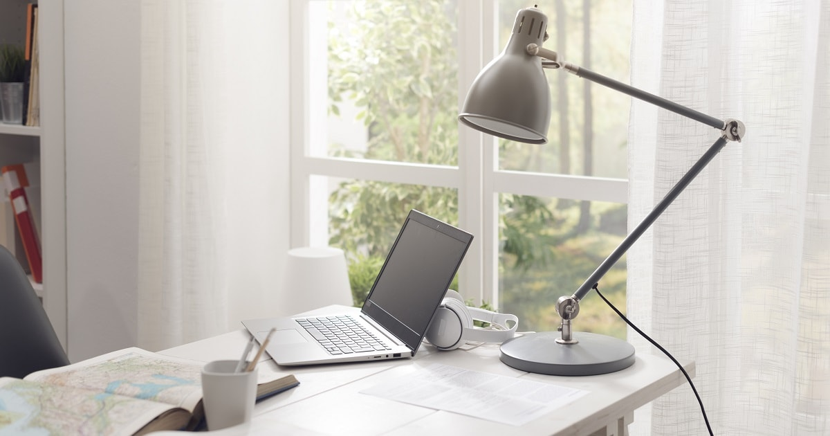 明るい日差しが入るスペースに勉強机。ちゃんとスタンドライトもある