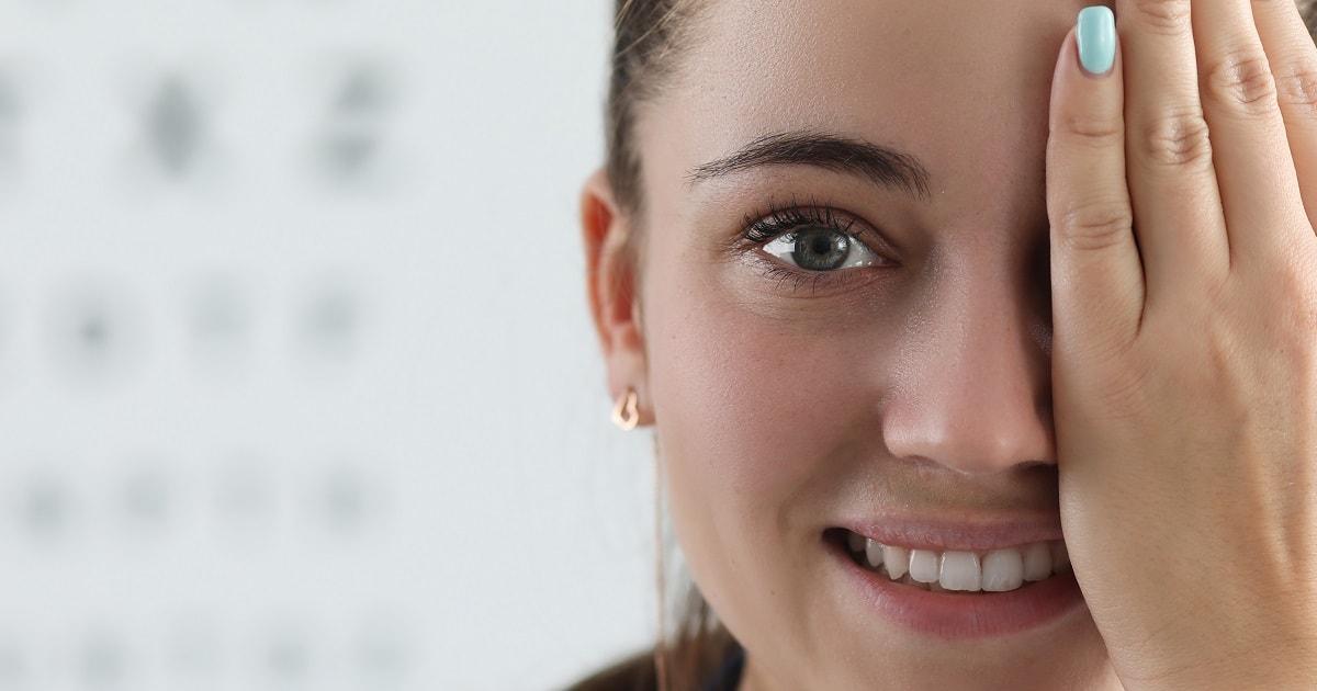 左目を覆い、右目の検査をしようとしている女性