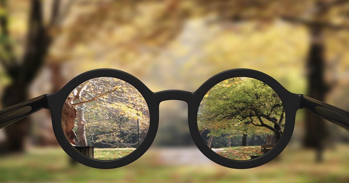 メガネのレンズでクリアになった風景
