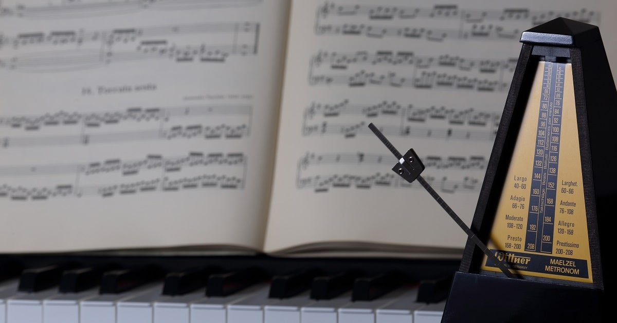 ピアノと楽譜とメトロノーム
