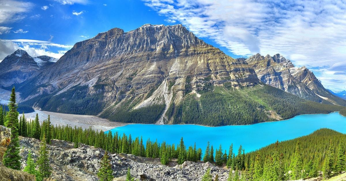 カナダのペイトー湖、圧巻の大自然の景色