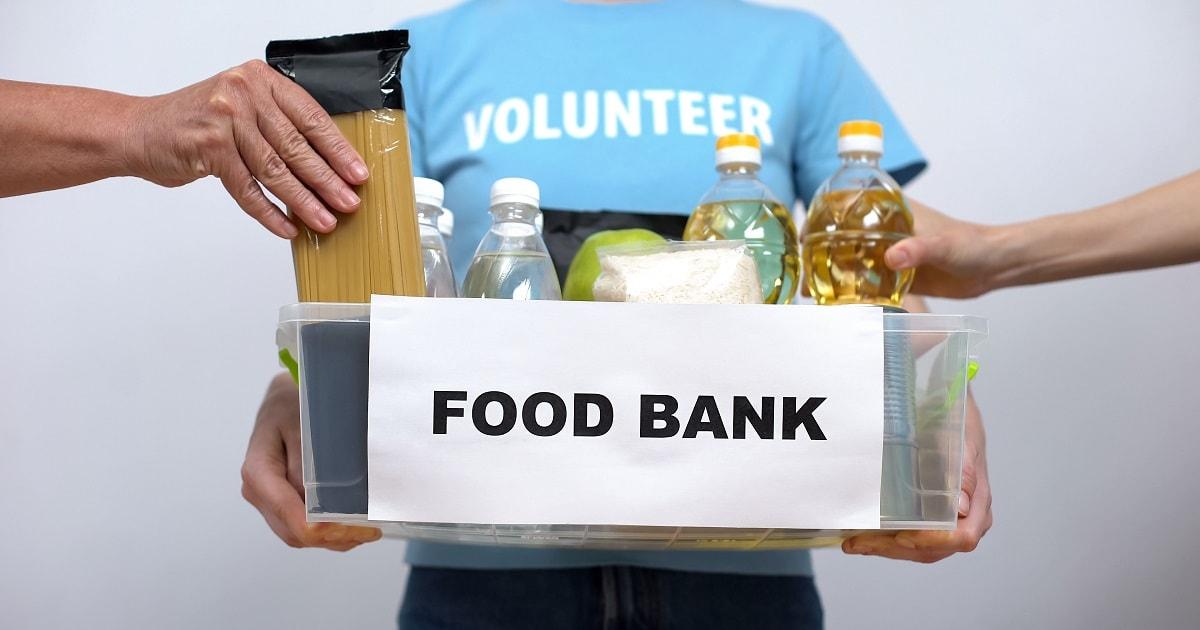 フードバンク、困った人々に渡すための食べ物を集めるボランティア