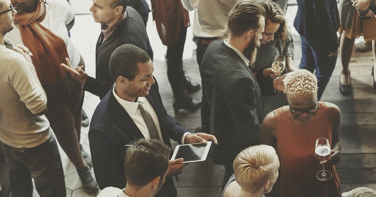 「カクテルパーティ効果」が多数生まれているビジネスパーティの様子
