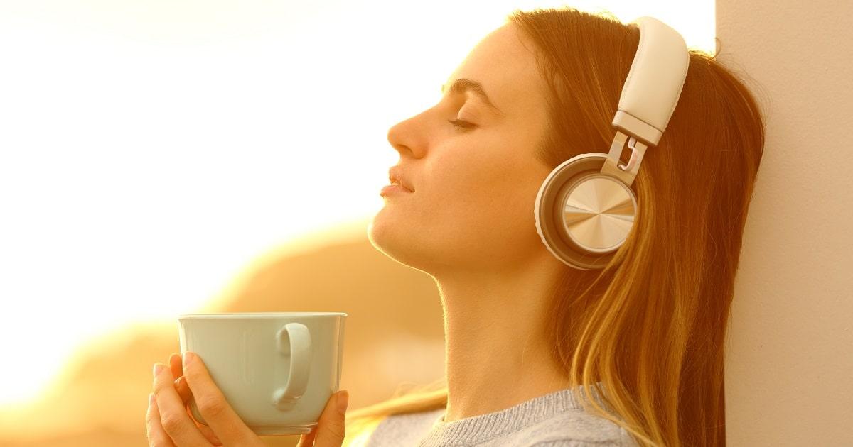 ヘッドフォンで音楽を聴いてリラックスした女性