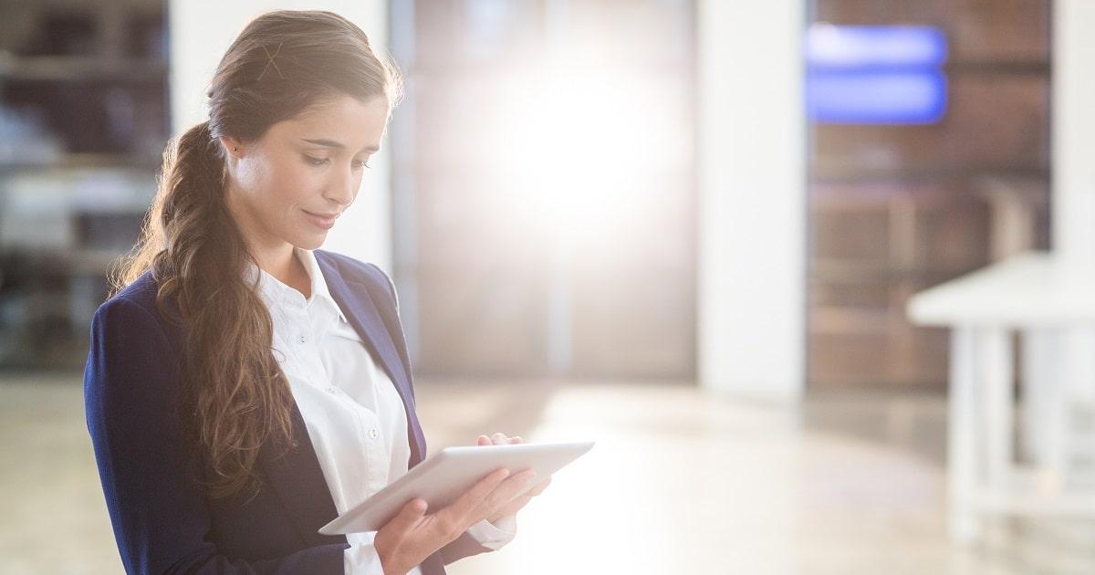 タブレットを使用する女性:HSPのビジネスパーソン