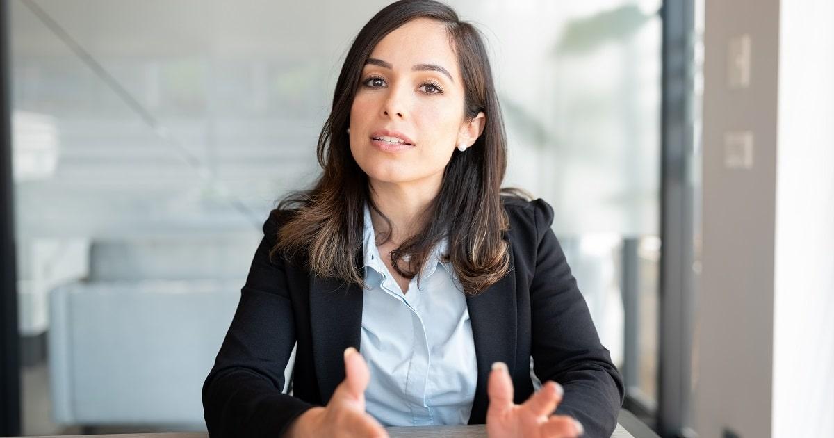 共感力で傾聴するHSPのあなたに対し、熱心に話す女性:ビジネスパーソン