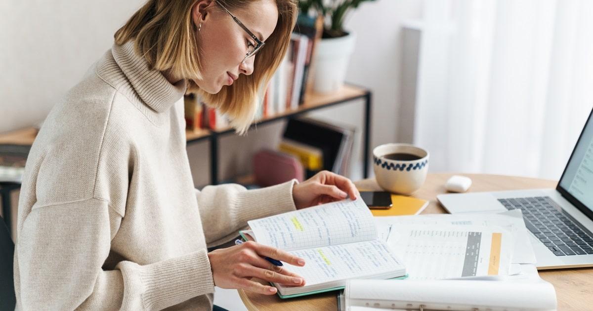 自宅で勉強前に小テストをする若い女性