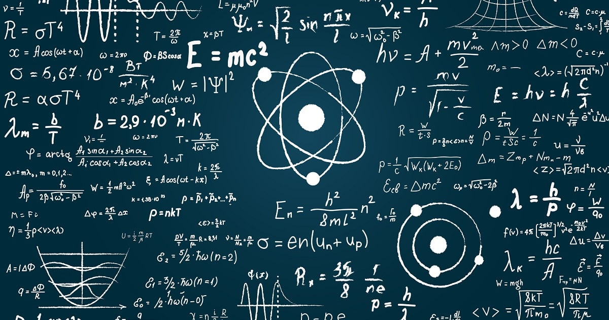 物理学と数学の科学的な公式と計算が刻まれた黒板。 量子力学、相対性理論など